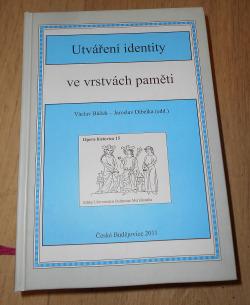 Utváření identity ve vrstvách paměti obálka knihy