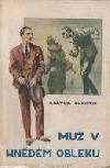 Muž v hnědém obleku